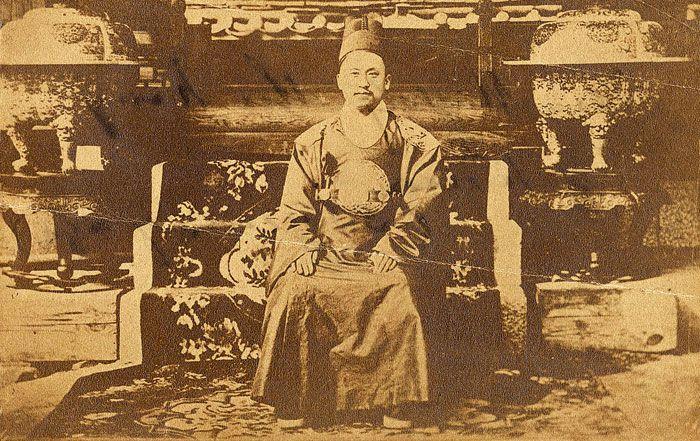미국공사관 무관 조지 포크가 촬영한 젊은 고종(1884년 추정).