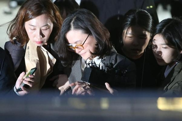 Jaeong King-Sim, the wife of a former prosecutor, boarded a vehicle to go to a Seoul detention center after completing a warrant on the 23rd of last month. Jiangsu Press