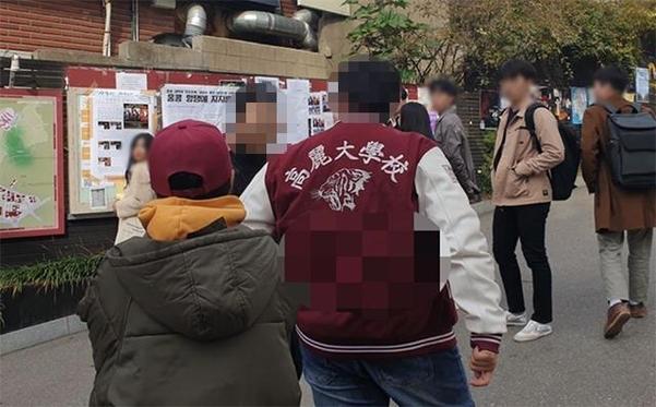 12일 오전 홍콩 시위를 지지하는 한국인 학생과 반대하는 중국인 유학생이 말싸움을 벌이고 있다. /고대신문 제공