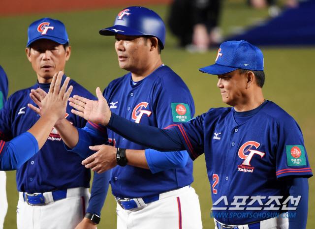'2019 WBSC 프리미어12' 슈퍼라운드 대한민국과 대만의 경기가 12일 일본 지바현 조조마린스타디움에서 열렸다. 홍이중 대만 감독이 선수들과 하이파이브를 하고 있다. 지바(일본)=박재만 기자 pjm@sportschosun.com/2019.11.12/