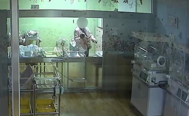 부산 한 산부인과에서 간호사 A씨가 생후 4일된 신생아 B양을 거칠게 다루고 있는 모습 /연합뉴스