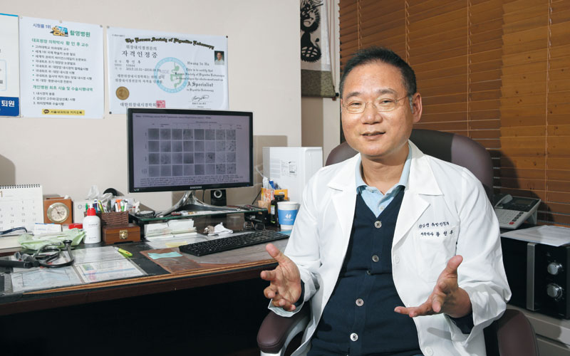 황인후 서울내과외과 원장(아이에이치바이오 대표)이 당뇨병을 완벽히 치료하는 세포 치료법의 핵심 물질인 '네오 프로틴(신생 단백질)'에 대해 설명하고 있다.