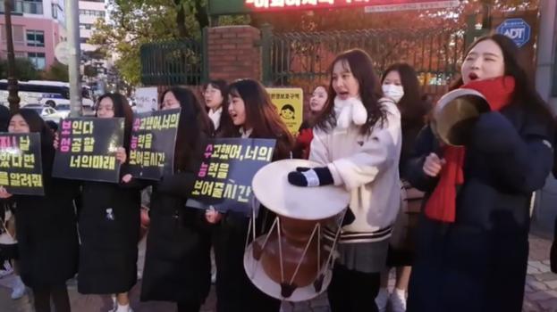 이화여자외국어고등학교 앞에서 수험생을 응원 중인 보성여자고등학교 학생들. /이은영 기자