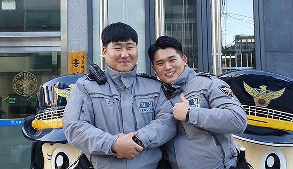 14일 수험생을 위해 쉼 없이 달렸던 서울 마포경찰서 홍익지구대 박우석 경장(오른쪽)과 장진명 순경. /이은영 기자