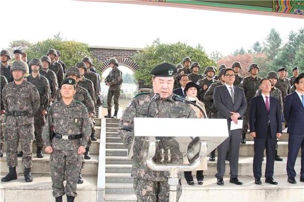 우오현 SM그룹 회장이 지난 12일 육군 30사단 본부 연병장에서 훈시하고 있다. 전투복 차림에 별 두 개가 박힌 베레모를 쓰고 있다. /한미동맹친선협회 제공