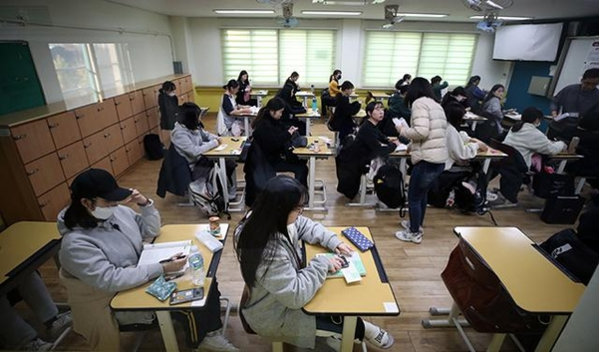 The photo shows students preparing for an exam at a high school in Yeongdeungpo-gu, Seoul on the 14th. / Yonhap News