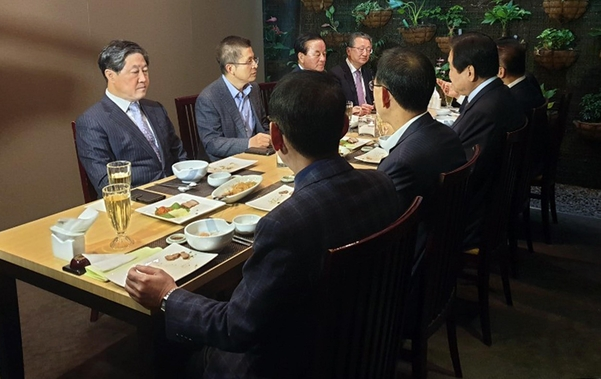 자유한국당 황교안(좌열에서 왼쪽 두번째) 대표가 14일 여의도의 한 음식점에서 영남권 중진의원들과 오찬을 하고 있다./연합뉴스