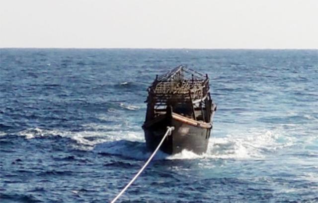 지난 8일 오후 해군이 동해상에서 북한 목선을 북측에 인계하기 위해 예인하고 있다. 해당 목선은 16명의 동료 승선원을 살해하고 도피 중 군 당국에 나포된 북한 주민 2명이 승선했던 목선으로, 탈북 주민 2명은 전날 북한으로 추방됐다./통일부