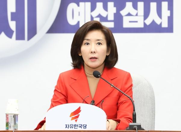 자유한국당 나경원 원내대표가 15일 오전 국회에서 열린 당 원내대책회의에 참석해 현안 관련 모두발언을 하고 있다./뉴시스
