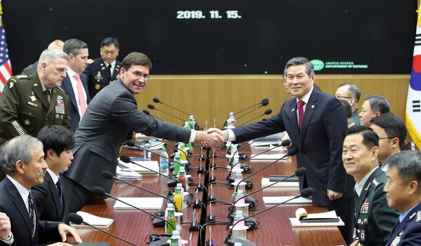 정경두 국방부 장관과 마크 에스퍼 미 국방부 장관이 15일 오전 서울 용산구 국방부 청사에서 열린 제51차 안보협의회(SCM) 확대 회담에서 악수하고 있다./연합뉴스