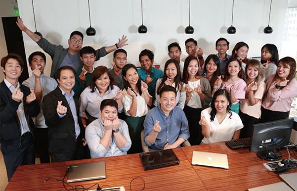 필리핀에 있는 쉐어트리츠 임직원들이 포즈를 취하고 있다. 한국인은 이홍배 대표까지 총 2명이고 나머지 25명은 현지인이다./ 쉐어트리츠