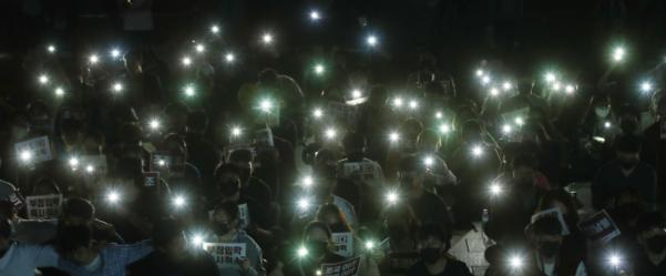 지난 9월 19일 오후 서울 성북구 고려대 중앙광장에서 재학생 등 참석자들이 조국 법무부 장관 사퇴와 조 장관 딸의 입학 취소를 촉구하는 네 번째 촛불집회를 하고 있다. /연합뉴스