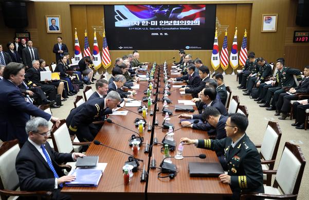 정경두 국방부 장관과 마크 에스퍼 미 국방부 장관이 15일 오전 서울 용산구 국방부 청사에서 열린 제51차 안보협의회(SCM) 확대 회담에 참석해 있다./연합뉴스
