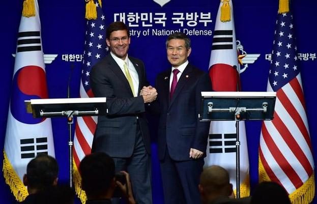 정경두(오른쪽) 국방장관과 마크 에스퍼 미 국방장관이 15일 서울 용산구 국방부에서 열린 제51차 한·미 안보협의회(SCM) 고위회담에서 공동 기자회견을 마친 뒤 손을 맞잡고 있다. /뉴시스