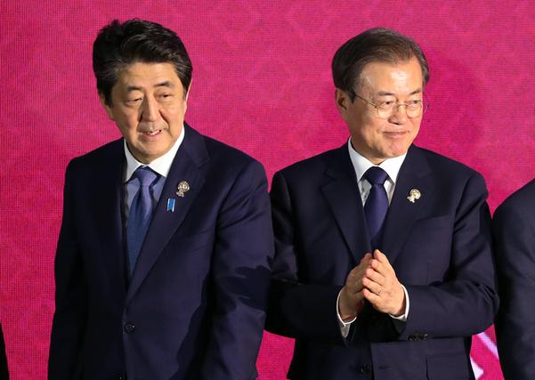 문재인 대통령과 아베 일본 총리가 지난 4일 방콕 임팩트 포럼에서 기념촬영 후 자리로 향하고 있다./연합뉴스