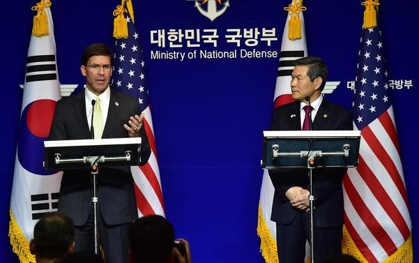 정경두(오른쪽) 국방부 장관과 마크 에스퍼 미 국방부 장관이 15일 서울 용산구 국방부에서 제51차 한·미 안보협의회(SCM) 고위회담에서 공동 기자회견을 하고 있다./연합뉴스