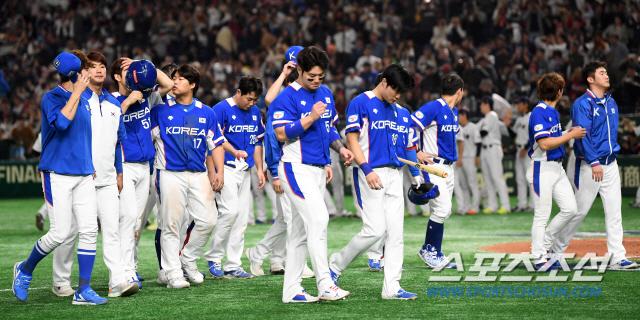 '2019 WBSC 프리미어12' 슈퍼라운드 대한민국과 일본의 경기가 16일 일본 도쿄돔에서 열렸다. 경기에서 10대8로 패배한 한국 선수들이 아쉬워하고 있다. 도쿄(일본)=박재만 기자 pjm@sportschosun.com/2019.11.16/