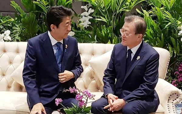 문재인 대통령이 지난 4일 오전(현지 시각) 태국 방콕 임팩트포럼에서 열린 '제22차 아세안+3 정상회의'에 앞서 아베 신조 일본 총리와 만나 대화를 나누고 있다./뉴시스