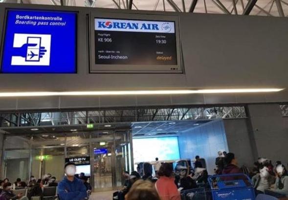 16일(현지시각) 독일 프랑크푸르트공항에서 대한항공기 지상충돌 사고가 발생해 승객들이 게이트 앞에서 대기 중인 모습. /승객 박형민씨 제공·연합뉴스