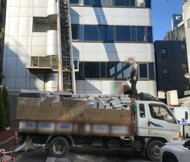 지난 14일 '빅뱅'의 멤버 대성이 소유한 서울 강남구 압구정동 A 빌딩의 뒤편에는 건물 내부 자재를 실은 트럭이 세워져 있었다. /이정민 기자