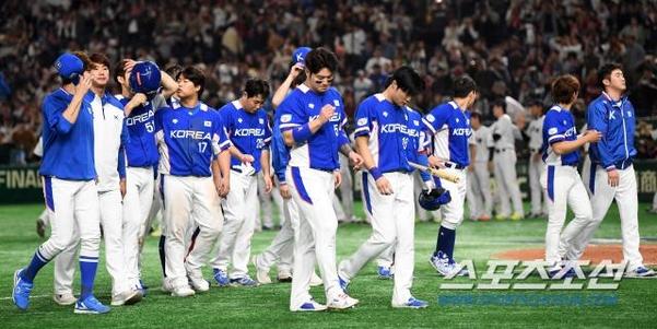지난 16일 일본 도쿄돔에서 열린 '2019 WBSC 프리미어12' 슈퍼라운드 한국과 일본의 경기에서 한국 대표팀 선수들이 8-10으로 패배한 뒤 관중들에게 인사하고 있다./스포츠조선