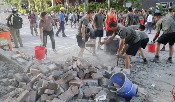 16일(현지 시각) 홍콩침례대학교 인근 도로에서 거리 청소 작업 중인 홍콩 주둔 중국 인민해방군./SCMP