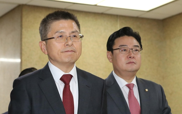 황교안(왼쪽) 자유한국당 대표와 김성원 의원/연합뉴스