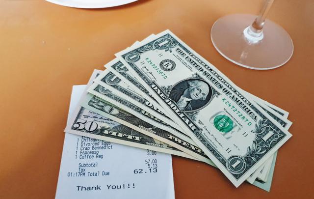 팁까지 더했더니… - 16일(현지 시각) 미국 실리콘밸리의 한 식당에서 점심 식사를 하고 낸 음식값과 팁. 음식값(62.13달러)과 세전(稅前) 음식값의 20%가량인 팁(11.87달러)을 더해 총 74달러를 지불했다. 신용카드로 계산할 때는 팁과 최종 금액만 업소용 영수증에 적어두면 된다.