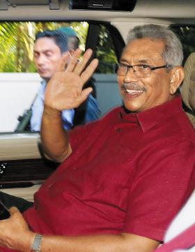 스리랑카 대선에서 승리한 고타바야 라자팍사 당선인이 17일(현지 시각) 스리랑카 행정수도 콜롬보에 있는 자택에서 차를 타고 집을 나서며 지지자들에게 손을 흔들고 있다. 고타바야 당선인은 2005~2015년 스리랑카를 철권통치했던 마힌다 라자팍사 전 대통령의 동생이다.
