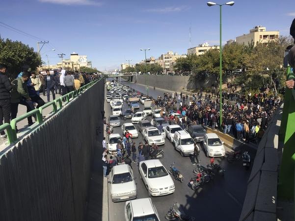 이란 중부 도시 이스파한에서 16일(현지시간) 시민들이 전날 전격 실시된 정부의 휘발유 가격 50% 인상에 항의하며 자동차로 도로를 막고 시위를 벌이고 있다. /AP연합뉴스
