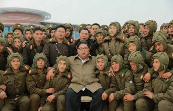 김정은 북한 국무위원장이 북한군 저격병 부대의 강하훈련을 지도했다고 노동신문이 18일 보도했다. 신문은 김위원장이 훈련이 끝난 뒤 저격병 부대원들과 찍은 사진을 1면에 보도했다. (출처=노동신문)