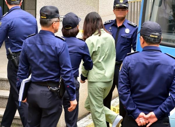 전 남편 살해 혐의로 구속기소 된 고유정이 지난 9월 30일 4차 공판을 받기 위해 제주지법으로 이송되고 있다. /연합뉴스