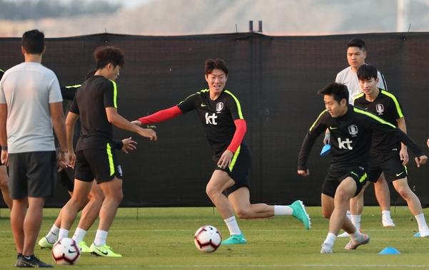 브라질과의 친선경기를 앞둔 축구 국가대표팀의 황의조와 이강인 등 선수들이 16일(한국시간) 아랍에미리트(UAE) 아부다비의 크리켓 스타디움에서 볼 빼앗기 게임을 하며 좁은 공간 패스 연습을 하고 있다. /연합뉴스