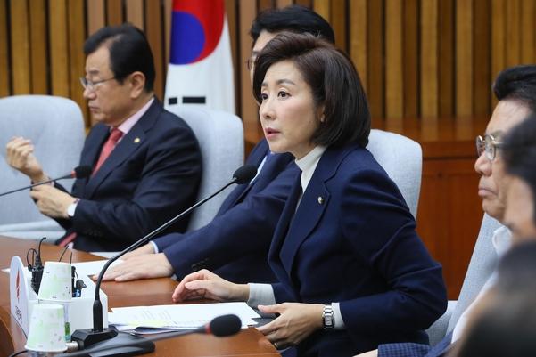 자유한국당 나경원 원내대표가 19일 당 원내대책회의에서 발언하고 있다./연합뉴스