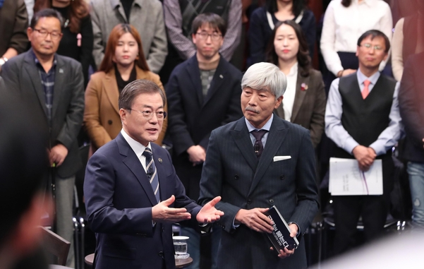 "President Moon Jae-in on February 19 at the MBC Public Hall in Sangam Dong, Seoul, conducts ""Ask people, talk with people in 2019."" Right: Chairman of Bae Chul-soo. / Yonhap News"