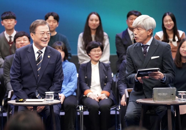 President Moon Jae-in has a `` Korean People Ask, Dialogue with the People of 2019 & # 39; & # 39; at MBC Public Hall in Sangam-dong, Seoul, on the 19th.
