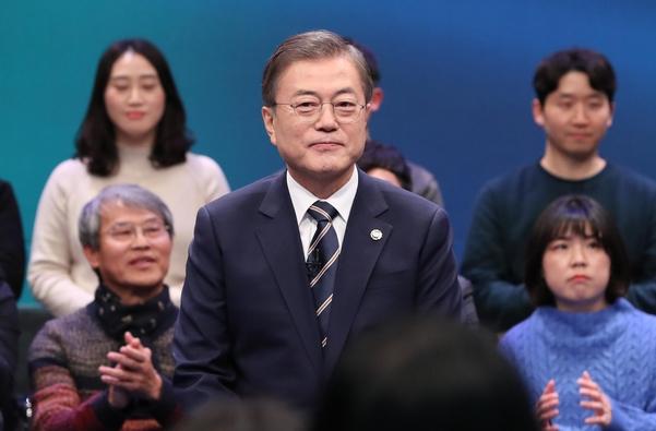 문재인 대통령 이 19 일 서울 상암동 MBC 공개홀 에서 '국민 이 묻는다, 2019 국민 과 의 대화' 를 갖고 있다 ./ 뉴시스