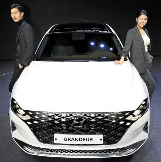 Model posing with The New Granger at the presentation of Hyundai Motor 'The New Granger' was held at Gwangmaru Broadcasting Support Center of Goyang City on the 19th.