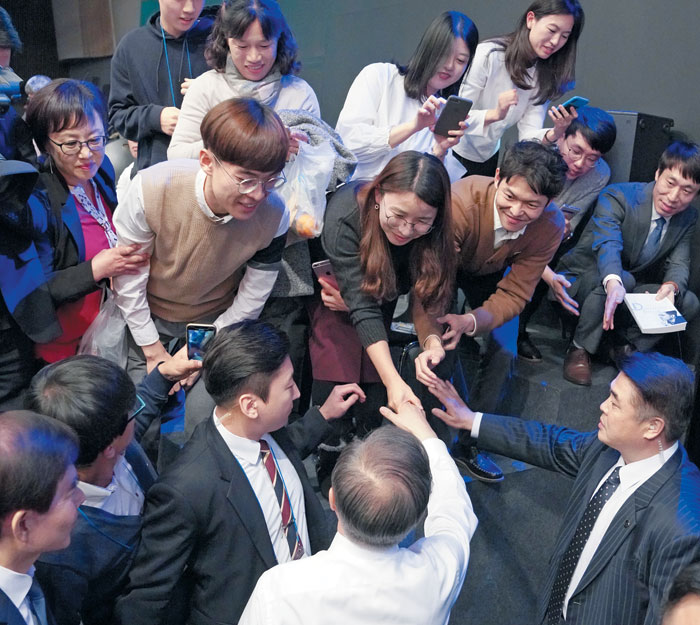 """President Moon aee-in shakes hands with a panel of """"Talk to the People"""" held at the MBC Media Center in Seoul on the 19th."""