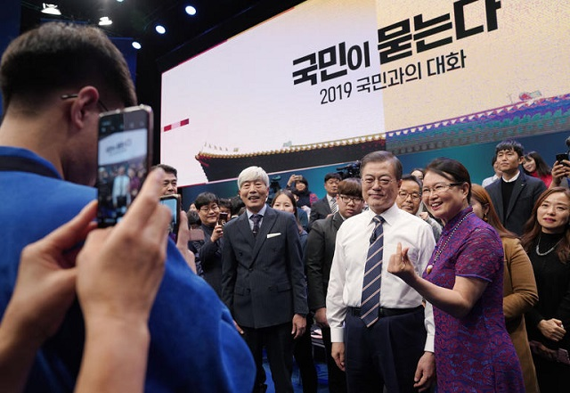 "President Moon ae-in is taking a commemorative photo with the Korean panel after completing ""Ask People, Talk to People of 2019"" at the MBC in Seoul on April 19."