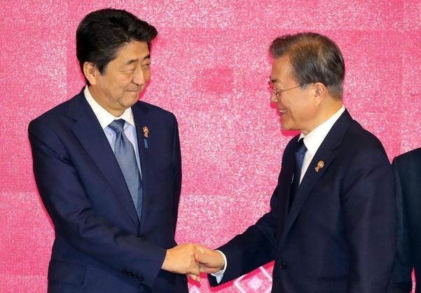 문재인(오른쪽) 대통령과 아베 신조 일본 총리가 지난 4일 방콕에서 열린 역내포괄적경제동반자협정(RECP)에서 기념촬영 전 악수하고 있다./연합뉴스