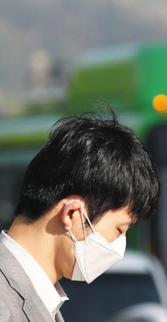 중국 북부에서 생성된 모래 바람의 영향으로 황사가 발생한 지난 1일 오전, 한 시민이 마스크를 쓴 채 길을 걷고 있다. 이날 미세 먼지(PM10) 농도는 서울 92㎍/㎥, 광주 115㎍/㎥, 대전 104㎍/㎥를 기록하는 등 전국이 '나쁨' 수준을 보였다. 중국은 20일 처음으로 한국에 미치는 중국 미세 먼지의 영향을 공식 인정했다.