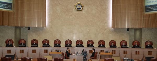 김명수 대법원장을 비롯한 대법관들이 전원합의체 선고를 위해 대법원 대법정에서 개정을 기다리고 있다.