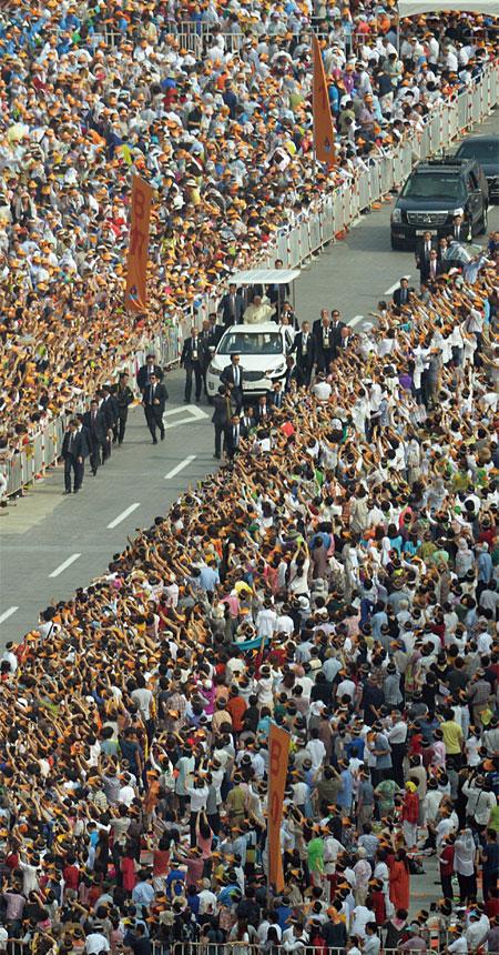 프란치스코 교황이 2014년 8월 16일 서울 광화문광장에서 '윤지충 바오로와 동료 순교자 123위 시복 미사'를 집전하기 앞서 카퍼레이드를 하고 있다. photo 뉴시스
