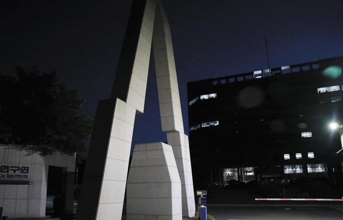 지난 7월 1일 오후 8시 30분 대전 대덕연구단지에 위치한 한국항공우주연구원 건물의 불이 대부분 꺼져 있다.