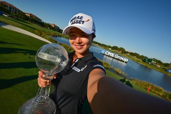 LPGA 투어 시즌 최종전인 CME 그룹 투어 챔피언십에서 우승한 김세영이 트로피를 들고 기념 촬영을 하고 있다./가베 룩스LPGA