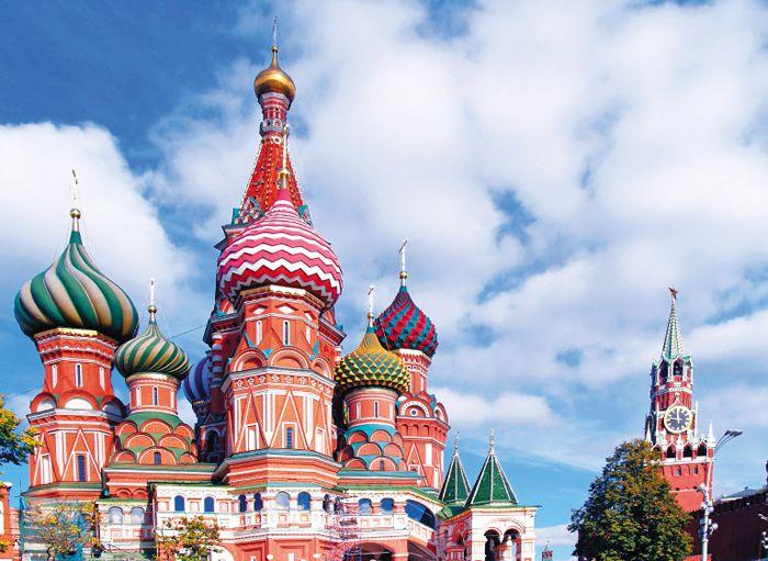 이반 4세 시대에 건축한 모스크바 붉은광장 남쪽의 상크트바실리 대성당. 오른쪽은 크렘린궁의 스파스카야 시계탑.