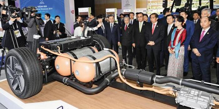 """""""한국이 자랑하는 수소차랍니다"""" - 문재인 대통령과 아세안(ASEAN·동남아국가연합) 정상들이 26일 부산 벡스코 1전시관에서 열린 '한-아세안 혁신 성장 쇼케이스 2019'에서 현대자동차의 수소전기차 '넥쏘' 모형을 살펴보고 있다."""
