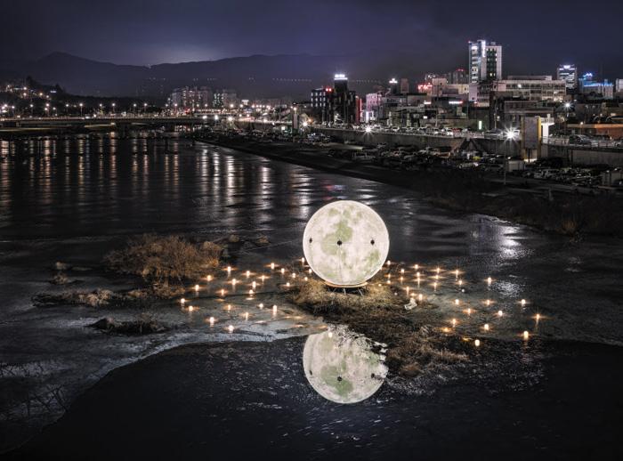 지난해 평창 동계올림픽 당시 디자이너 고기영이 강릉 남대천에 설치한 달 모양 조명이 밤을 밝히고 있다. 하늘, 바다, 경포호, 술잔, 마주 앉은 임의 눈 속까지 강릉엔 달 5개가 뜬다는 이야기를 주제로 했다.