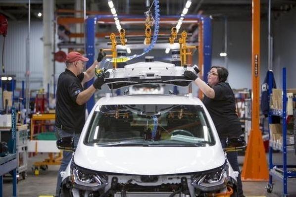 미국 미시간주 오리온 타운십의 GM 공장 근로자들이 순수전기차인 볼트EV를 만들고 있다./한국GM 제공